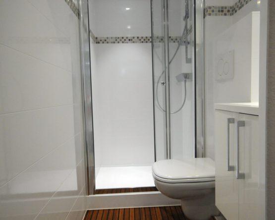 Cabine de douche préfabriquée
